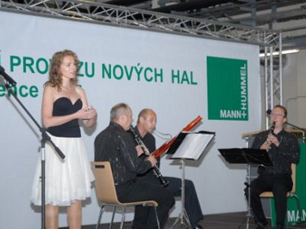 Slavnostní otevření tří nových výrobních hal firmy Mann a Hummel.