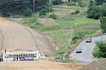 Starou klikatou a kopcovitou silnici mezi Třebíčí a Pocoucovem už brzy vystřídá nová, přímější a bezpečnější. Řidiči se však budou muset smířit s uzavírkou, která potrvá po celé letní prázdniny. Objízdná trasa povede už od zítřka přes Budíkovice.