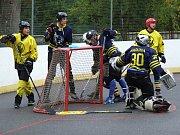 Třebíčští hokejbalisté (v černožlutém) zkraje utkání inkasovali a vyrovnali až necelých pět minut před koncem základní hrací doby. Na nájezdy už byl úspěšnější Tišnov.