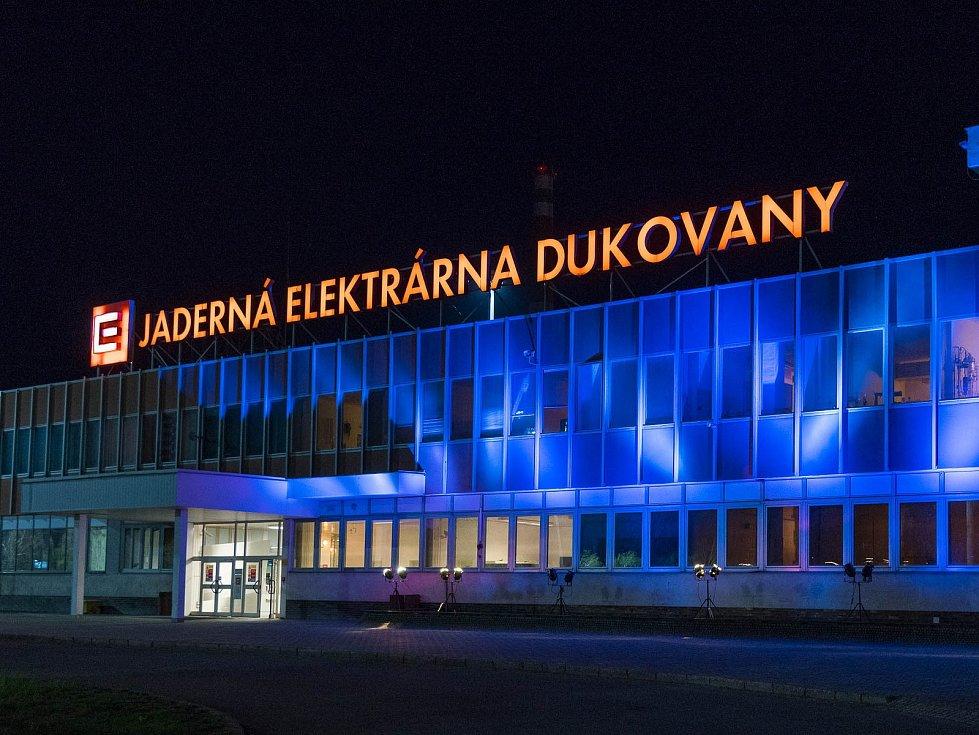 Modré světlo, symbolizující komunikaci, ozáří vstup do elektrárny.