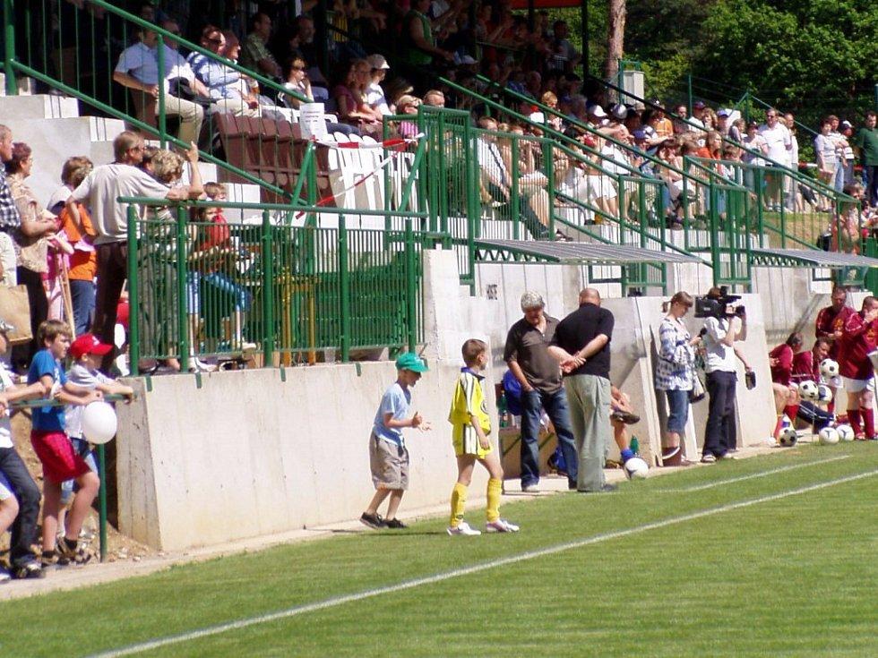 Plná tribuna. Diváci sledují z plně obsazené tribuny úvodní zápas na novém hřišti, které bylo v sobotu otevřeno v Hrotovicích.