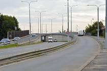 Rampy u třebíčské nemocnice. Navazujícíc most přes železnici je v havarijním stavu.