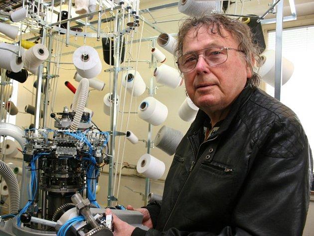 Konstruktér pletacích strojů Pavel Uhlíř drží v rukou jehelní lůžko určené pro uložení takzvaných radiálních pletacích jehel. Pletacímu stroji dodá vlastnosti pletaček jednoválcových i dvouválcových.