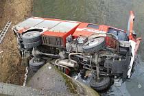 Řidič hasičské cisterny nezvládl na namrzlé silnici řízení a zřítil se z mostu z pěti metrů do řeky Oslavy.