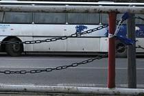 Akci připomínají jen zbytky policejních pásek.