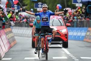 Italský cyklista Giulio Ciccone se raduje ze svého vítězství v 16. etapě Gira. Za ním skončil druhý Jan Hirt.
