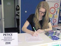 Petici šlo v Třebíči podepsat hned na několika místech, například v Íčku u vlakového nádraží.