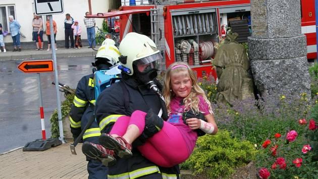Program třídenních oslav načala páteční ukázka zásahu dobrovolných hasičů, při které předvedli cvičný zásah budovu stařečské základní školy.