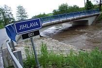 V 9.30 RÁNO. Řeka Jihlava kulminovala včera kolem poledního. Dosáhla naštěstí jen prvního stupně povodňové aktivity. U Číchova velká voda vzala most v roce 2006. Tento nový si hravě poradí i se stoletou vodou.