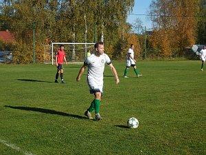 Po výhře 1:0 ve Svratce jsou fotbalisté Počítek (v bílém) už na třetím místě tabulky.