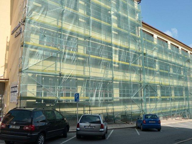 Na třebíčské obchodní akademii a hotelové škole začala výměna oken do ulice Sirotčí.