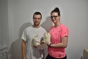 Martin Chyba společně s přítelkyní Dianou melou vlastní mouku pod značkou Madja.
