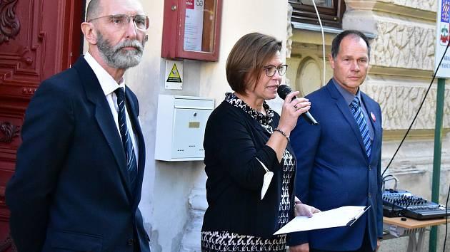 Ředitelka gymnázia Alice Burešová vítá hosty. Vlevo učitel Pavel Jindra, vpravo učitel Petr Benda.