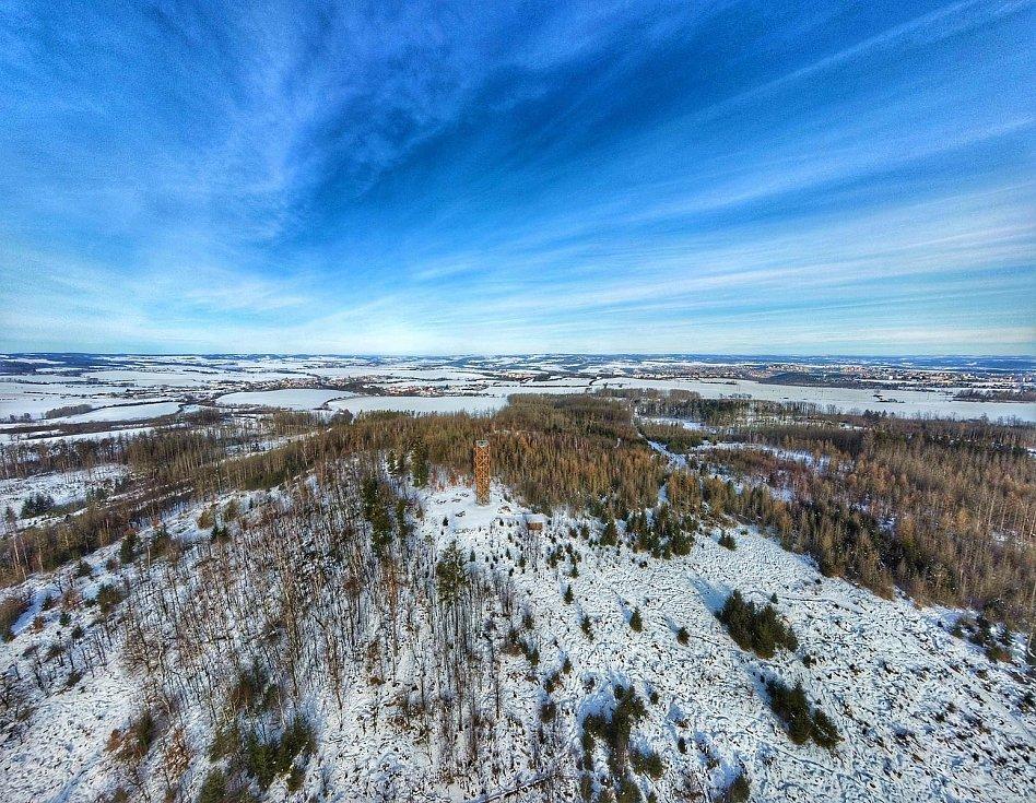 Pohled z ptačí perspektivy. Podívejte se na Pekelný kopec zachycený z dronu