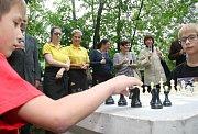 V Náměšti nad Oslavou mohou lidé sehrát partii šachu na venkovní šachovnici. Od poloviny týdne stojí v parku u Kavárny Pohodička.