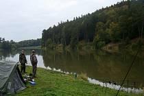 Břehy obsypané pruty a stany. Tak vypadalo sobotní ráno na břehu rybníku Asuán u Mladoňovic. Účastníci ze všech koutů republiky i Slovenska strávili více jak dva dny sportovním rybařením. Čekali na ně kapři, amuři i jeseteři.