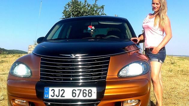 Chrysler PT Cruiser 2003 a jeho atraktivní majitelka.