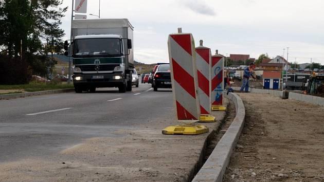 Několik rozkopaných vozovek nyní v Třebíči komplikuje řidičům život.