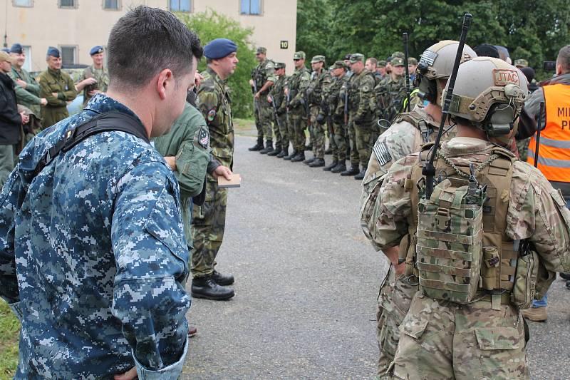Ukázce, při které se i členové vzdušných záloh a američtí letečtí návodčí účastnili obrany základny, přihlížel rovněž velitel vzdušných sil AČR Jaromír Šebesta. Ten potom k nastoupeným vojákům promluvil.