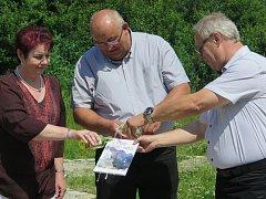 Na fotografii křtí knihu Marie Černá, Richard Horký a Miloš Morávek.