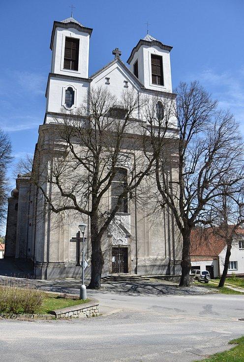 Náves s kostelem svaté Anny a kostelem Narození Panny Marie.