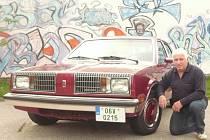 Petr Karšulín se svým Oldsmobilem Omega z roku 1980.