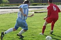 Fotbalisté Budišova-Náramče (v modrobílém) v letošní jsou úspěšní zatím jen venku. Zatímco tým z Třebíčska na hřištích soupeřů získal všech sedm bodů, zatímco doma dvakrát prohrál.