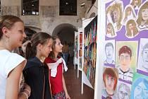 Pestrou směsici výtvarných prací přináší výstava žáků Základní školy Kpt. Jaroše Třebíč, která je instalována až do pátku 28. května v prostorách třebíčské Zadní synagogy.