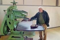 Jaroslav Čeček Třebíčák, který se narodil v indickém Batanagaru, si prohlíží stroje na výrobu obuvi v areálu bývalé Baťovy továrny v Třebíči.