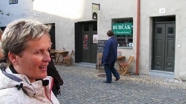 Archivářka Jitka Padrnosová právě v rámci Dnů architektury ukazuje zájemcům zrekonstruovaný dům číslo popisné 10, ve kterém sídlí kavárna U Židovské brány.