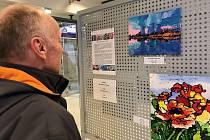 Výstava Anny Vršecké ve vstupní hale dukovanské elektrárny.