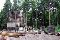 Sundaváním bednění začal v pondělí ráno další týden na stavbě rozhledny na Mařence. Prozatím je hotova část betonového základu ve tvaru sférického trojúhelníku.