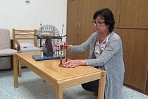 Ludmila Prokešová při návštěvě redaktora Deníku předvedla i fyzikální pokus s tzv. elektrostatickým motorem.