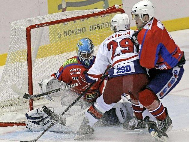 Hokejisté Havlíčkova Brodu dokázali zvítězit v Třebíči. Na snímku se snaží zabránit gólu domácí brankář Fiala, který v utkání nakonec čtyřikrát inkasoval.