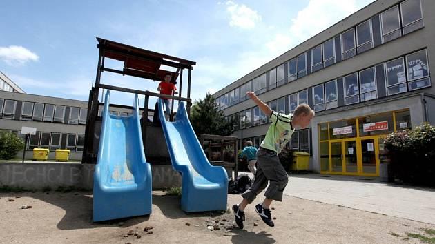 Před budovou základní školy se nachází dětský koutek se skluzavkou. Odpoledne a večer však prostor ovládají partičky otrlých a přisprostlých výrostků.  Zůstává po nich nepořádek.