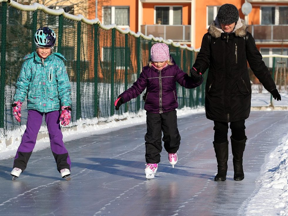 Ideální podmínky přilákaly o víkendu Na Hvězdu v Třebíči čtyři stovky bruslařů. Ledová dráha je zde pro veřejnost otevřena denně od 9:00 do 19:00 hodin za symbolické vstupné 30 Kč na celý den.