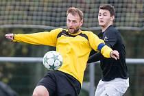 Fotbalové utkání mezi žďárským rezervním týmem a Jemnickem. Ve žlutém dresu je Zdeněk Koutný