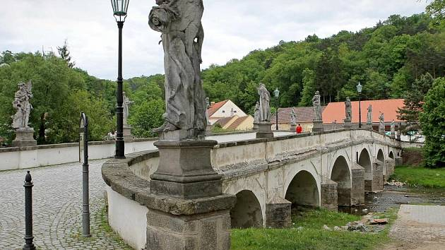 Barokní most v Náměšti nad Oslavou je hned po Karlově mostě v Praze největším mostem s nejbohatší sochařskou výzdobou u nás