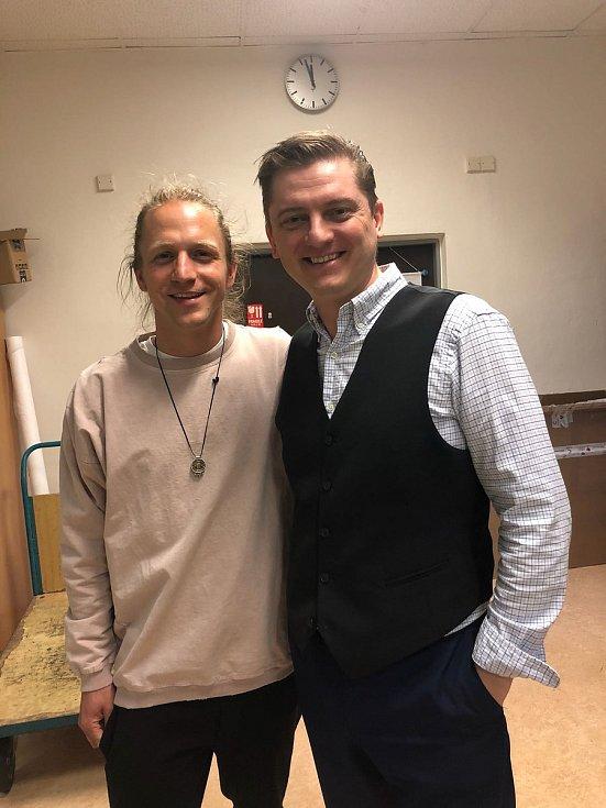Tomáš Klus s dirigentem Janem Kučerou.