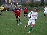 Po bodu měly na kontě domácí Jaroměřice (v bílém) i Kouty (v červeném) před vzájemným derby, po kterém se prvního vítězství od postupu dočkal hostující nováček krajského přeboru.