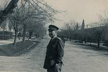 Snímek je z roku 1948. Je na něm lékař a voják Karel Obršlík v Jugoslávii.