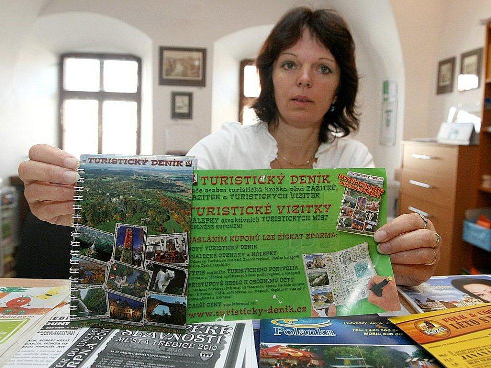 Dana Nejedlá z Informačního centra v Malovaném domě ukazuje turistický deník, který jev letošní sezóně nejžádanějším suvenýrem v Třebíči.