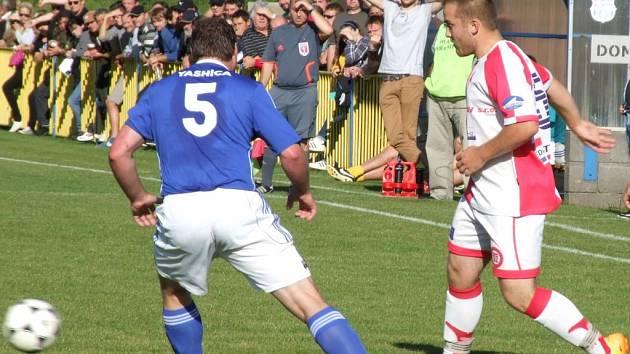 Opravdovým bojem bylo sousedské derby 8. kola okresní ho přeboru mezi Rokytnicí (v modrém) a Chlístovem.