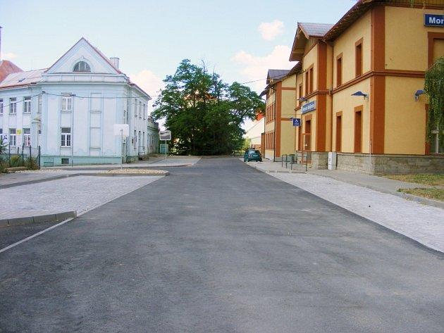Prostor před vlakovým nádražím je opravený. Přibyla zde i nová parkovací místa.