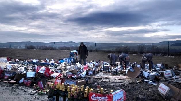 Lidé sbírali láhve piva po celém poli.
