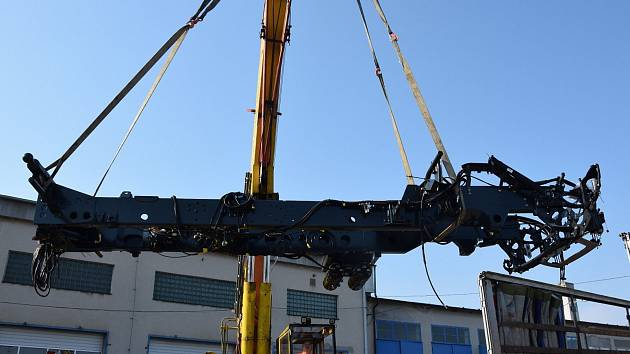 Snímek je z předávání dílů na stavbu nákladního auta.