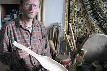 Řezbář Luboš Mansfeld ukazuje housličky, které vyrábí z javorového dřeva.