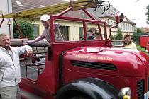 Eleganci a jedinečnost historických hasičských vozů mohli v sobotu obdivovat lidé v Heralticích a na některých dalších místech, kudy projížděla kolona techniky v rámci akce Fire Trophy 2009.