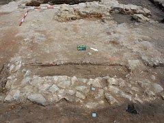 Archeologové odhalili na náměstí Míru v Jaroměřicích základy masných krámků. Některé měly i do země vyhloubené sklepy.