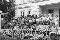 edna z mnoha fotografií, které budou vystavené na Srazu Boroviňáků. Na snímku jsou borovinské děti, ročníky 1946 až 1949. Foceno v roce 1960 na Zámečku u Svatoslavi, který měla fabrika ve vlastnictví a kam děti jezdily na tábory.